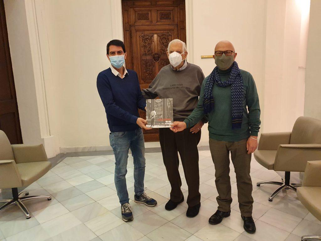 L'autor del llibre Josep Elias, al centre de la imatge, ahir a l'Ajuntament d'Igualada juntament amb el regidor de Promoció Cultural, Pere Camps (a la dreta).