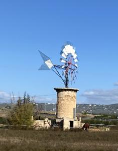 Molí aiguader restaurat al Pla de Sant Jordi.