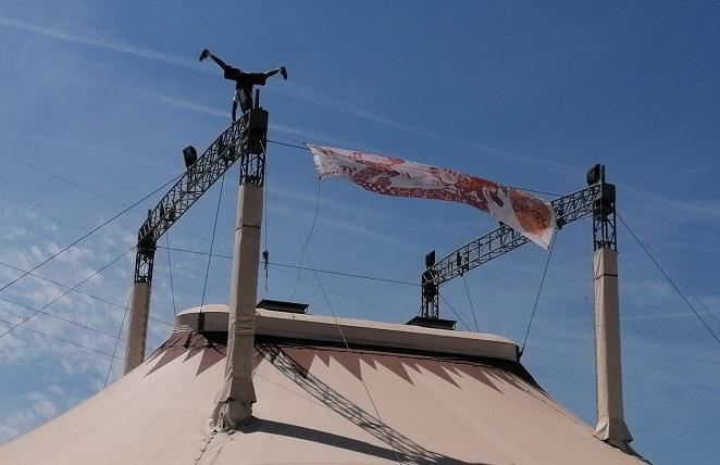 Imatge d'una de les carpes del Circ Cric amb Boris Ribas fent una vertical durant el festival de primavera.