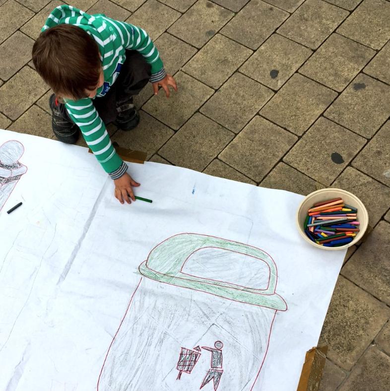 El meu petit participant en una de les accions per reivindicar una plaça més habitable. ;-)