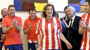 Ana Botella con la camiseta del Atletico de Madrid