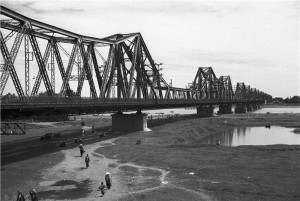 long-bien-bridge-in-the-past-907