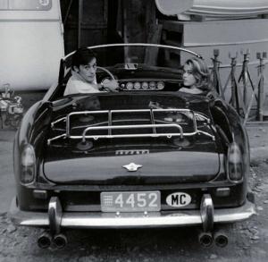 Alain Delon y Jane Fonda en el Ferrari 250 GT California Spider