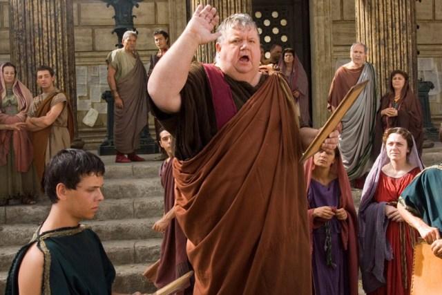 Ian McNiece en el seu paper de pregoner, que informava d'una manera molt teatral els ciutadans de Roma (i els espectadors de retruc) dels esdeveniments