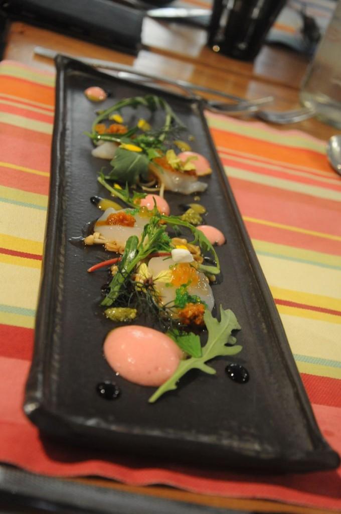 Sashimi de noix de St Jacques marines à la minute avec vinaigrette à l'orientale (vinaigre de riz, soja, gingembre), champignons enoki travaillé à l'huile de sésame, brocolis sauvage et espuma figues de barbarie