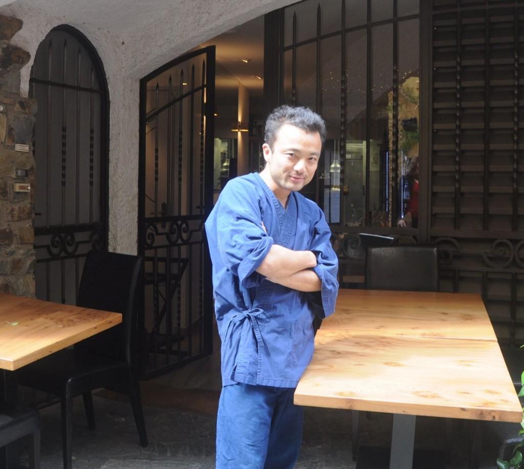 Masashi Iijima a la porta de Le 5ème Péché