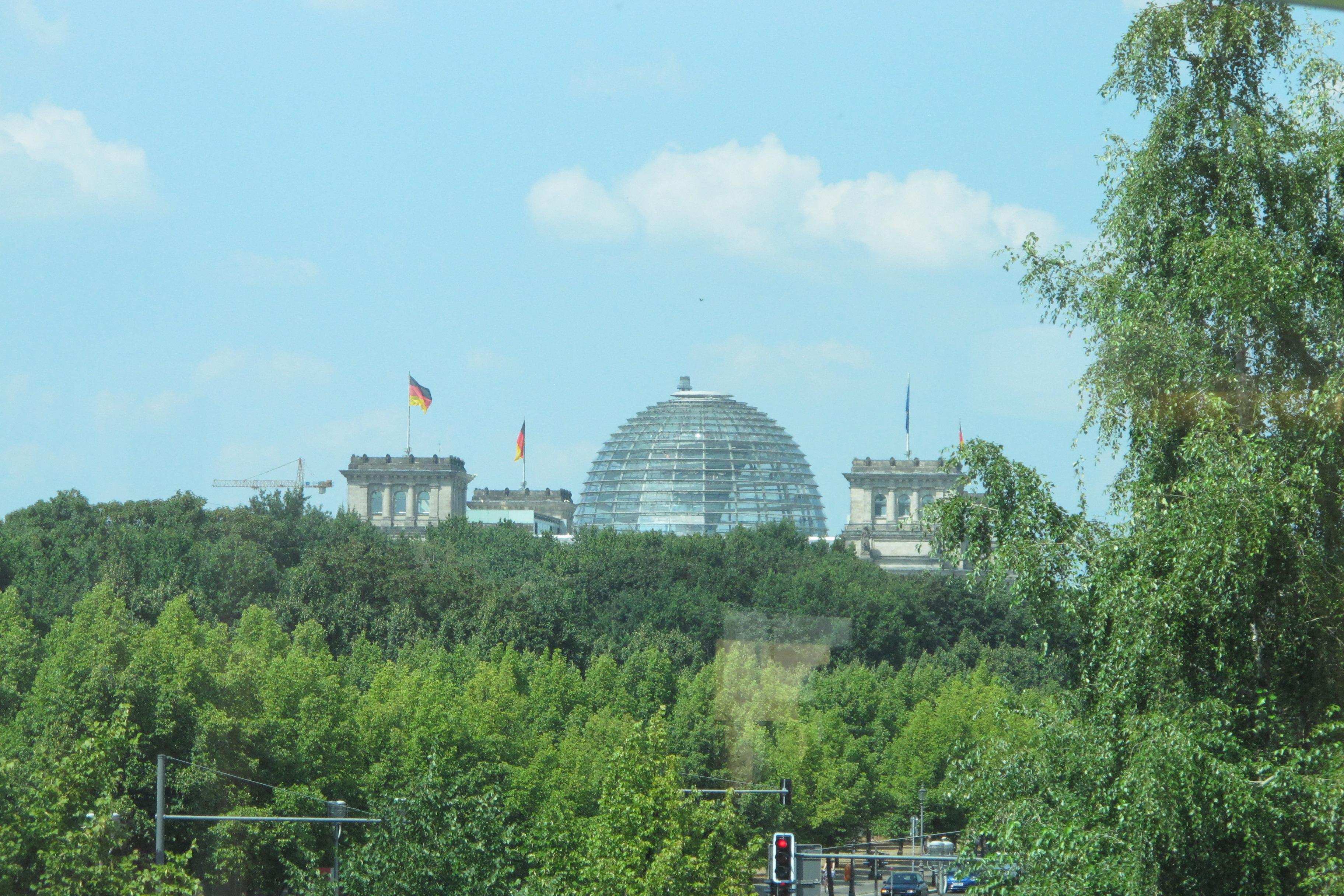 El Reichstag des de el Science Center Medizintechnik Berlin, a través de les finestres