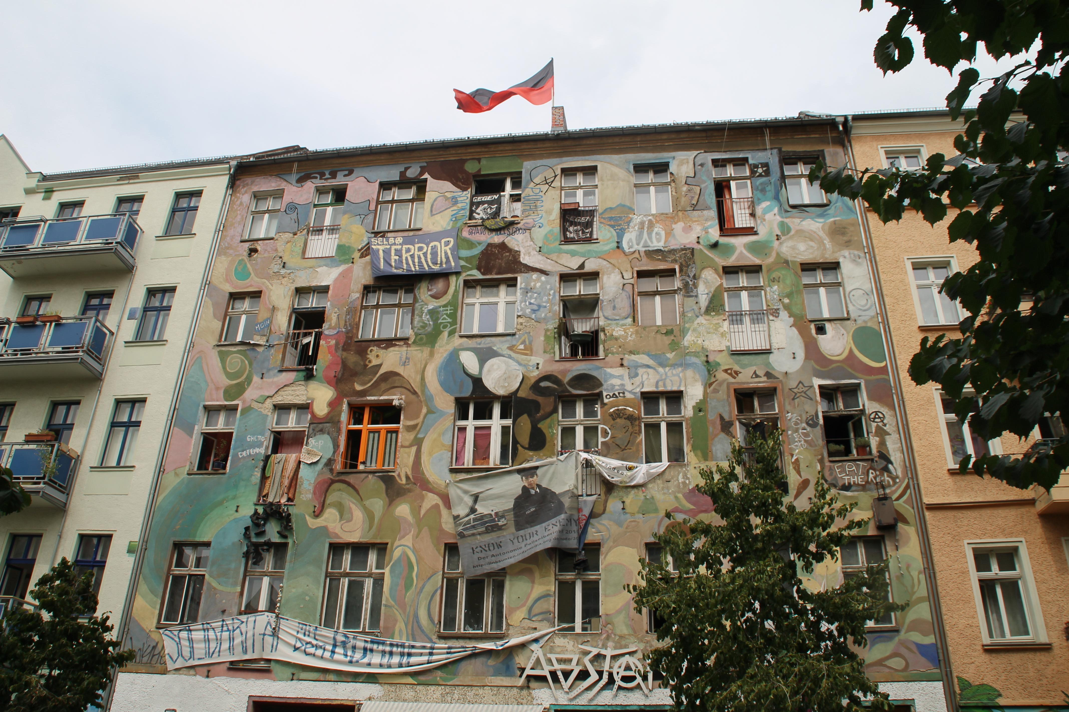 Edifici tunejat a la Rigaer Strasse. Bandera negra i rotja a la teulada