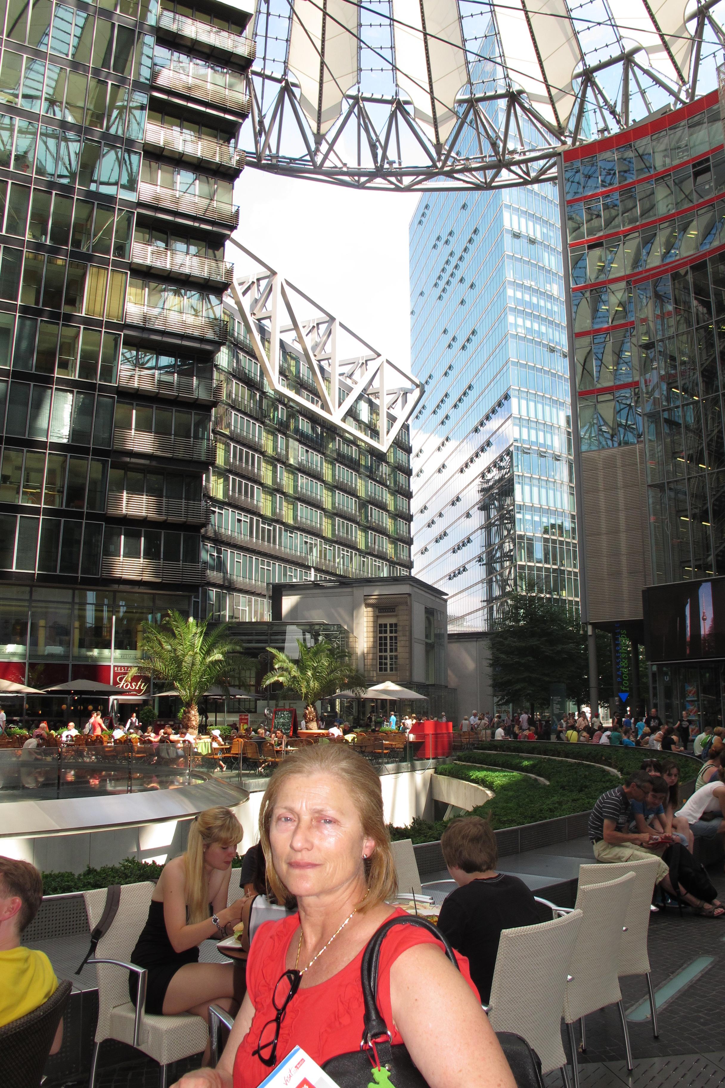 Gran pati del Sony Center.