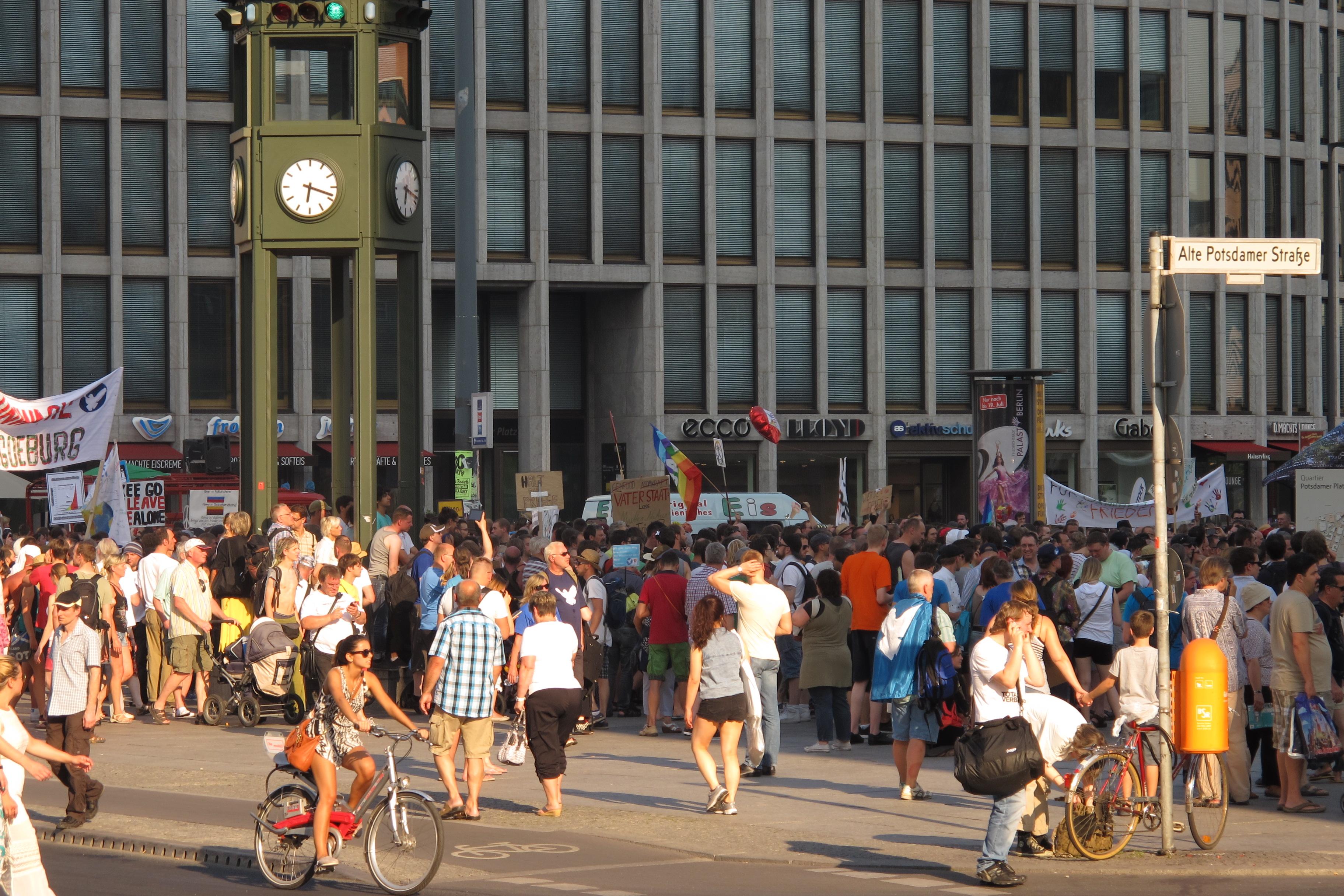 Manifestació contra els bombardejos de Gaza a la Postdamer Platz (3) rellotge i semàfor que recorda el primer semàfor d'aquesta plaça desaparegut en la guerra.
