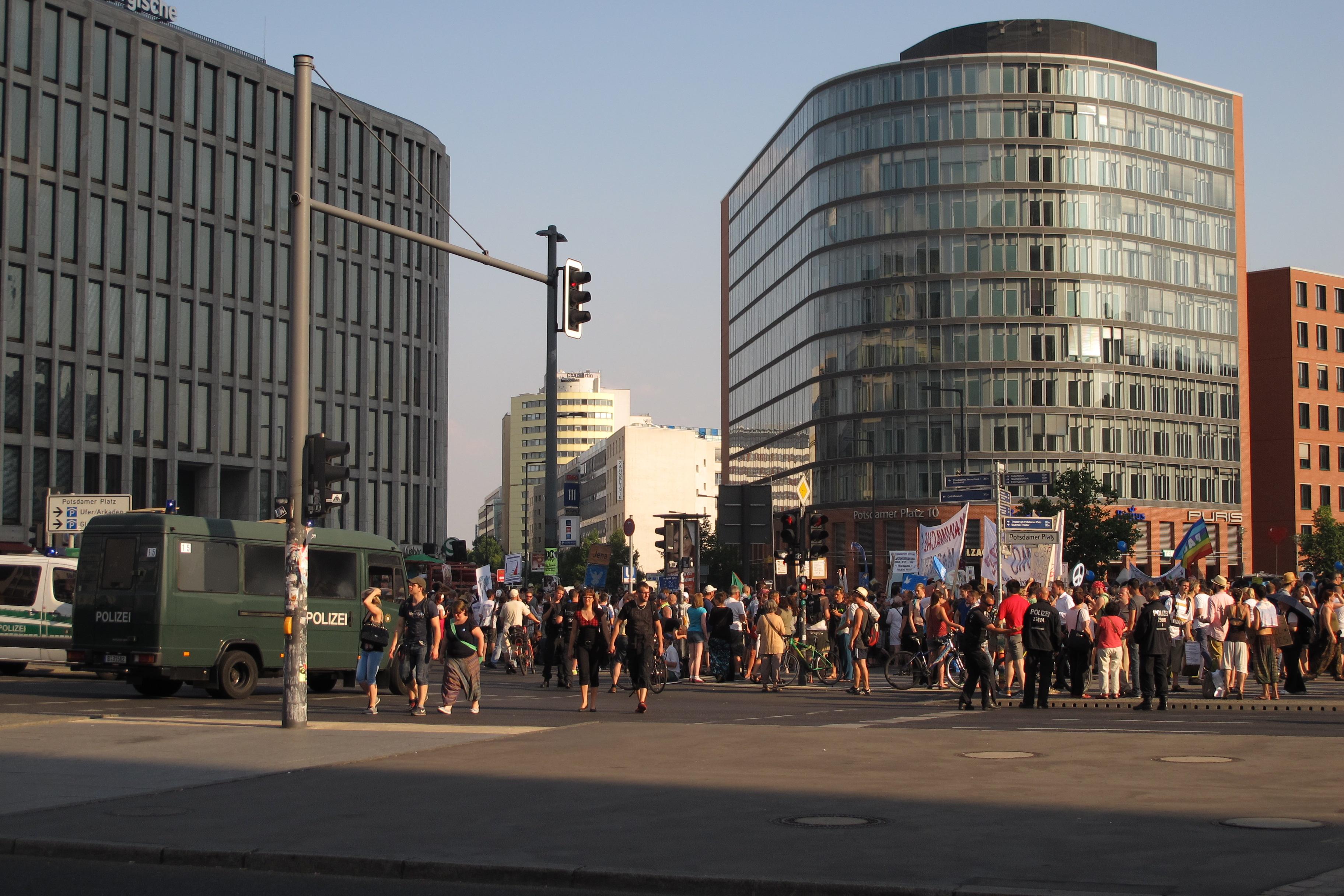 Manifestació contra els bombardejos de Gaza a la Postdamer Platz (5) molta policia per protegir a les rodalies.