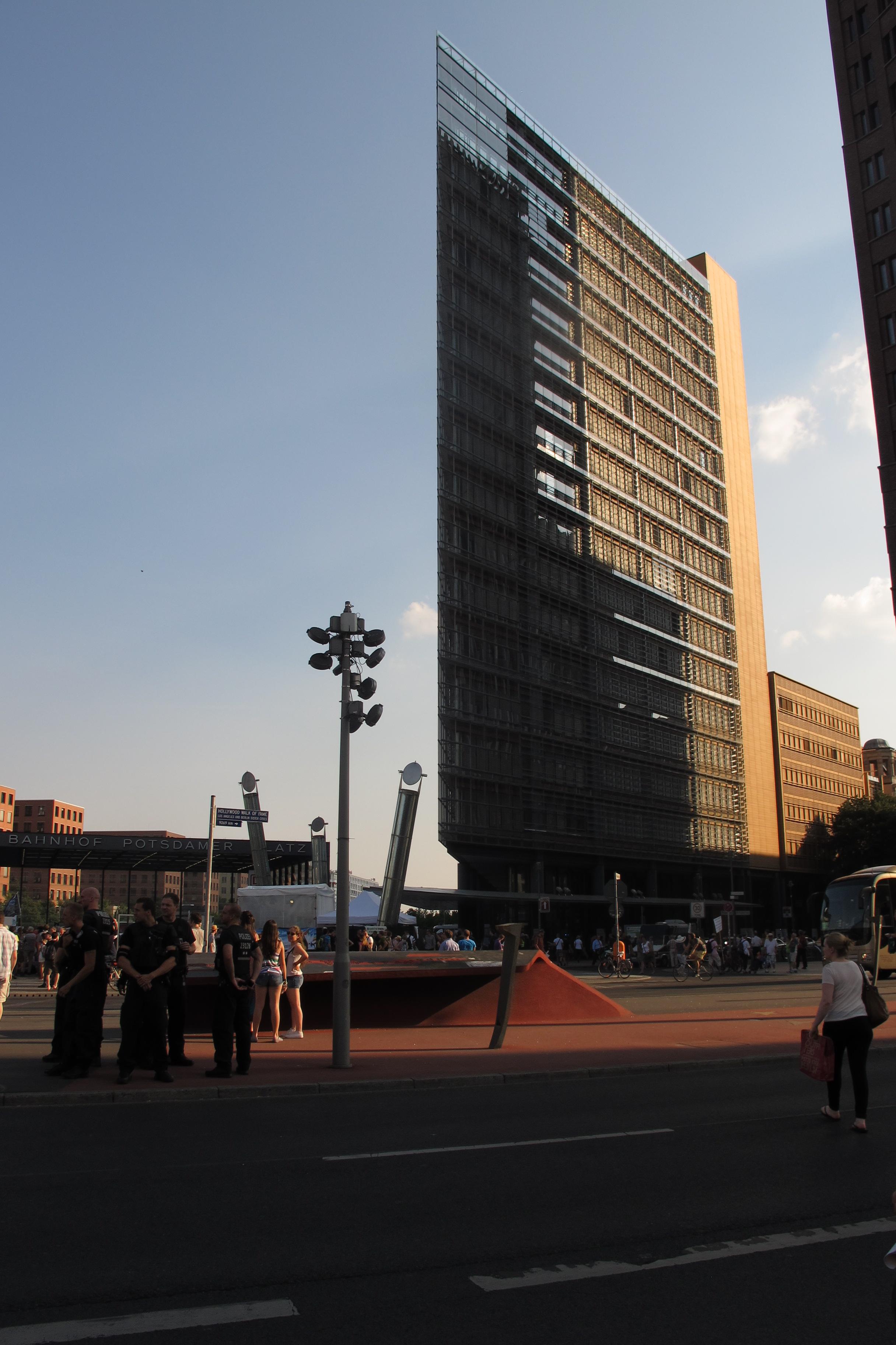 Manifestació contra els bombardejos de Gaza a la Postdamer Platz (6). L'edifici de Renzo Piano participant en la manifestació.
