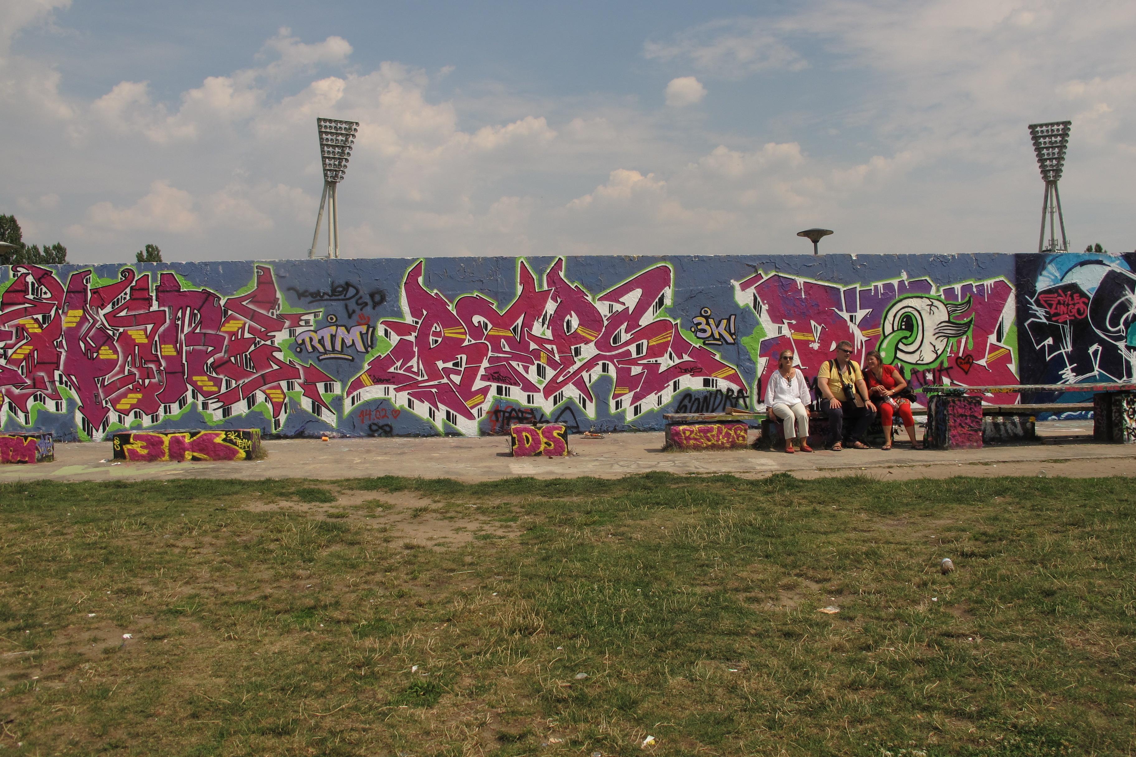 Part del Mur al Mauerpark amb les típiques pintades grafiteres.