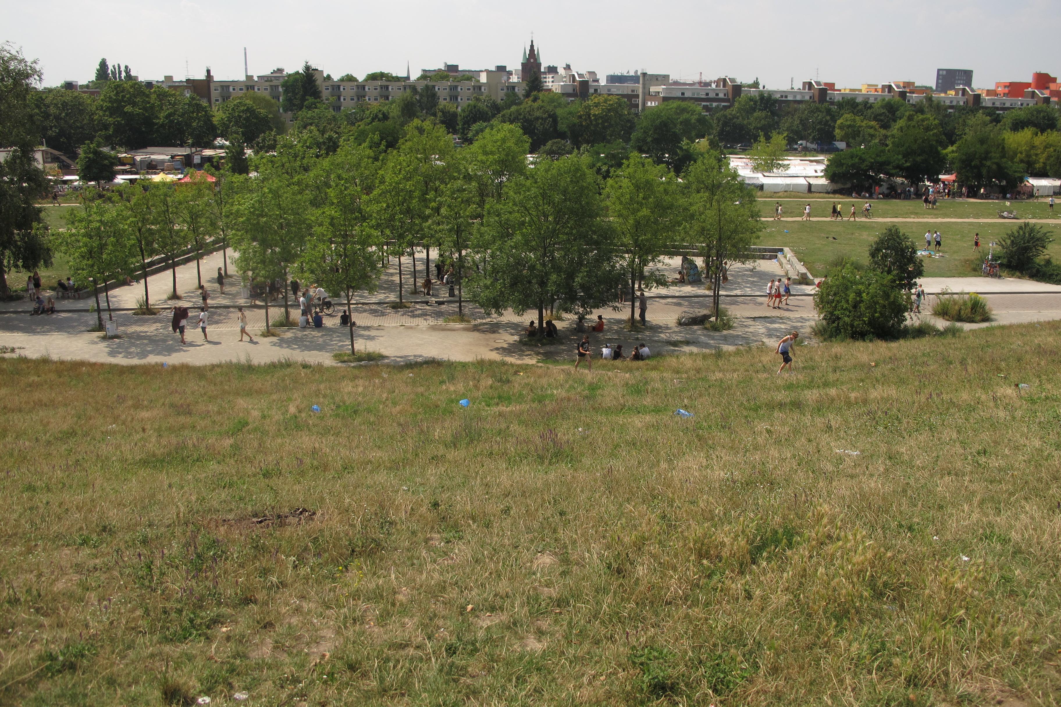 """Vista panoràmica, al fons Flohmarkt am Mauerpark (el mescadet o encants el diumenge, """"mercat de puces""""  al Mauerpark)"""