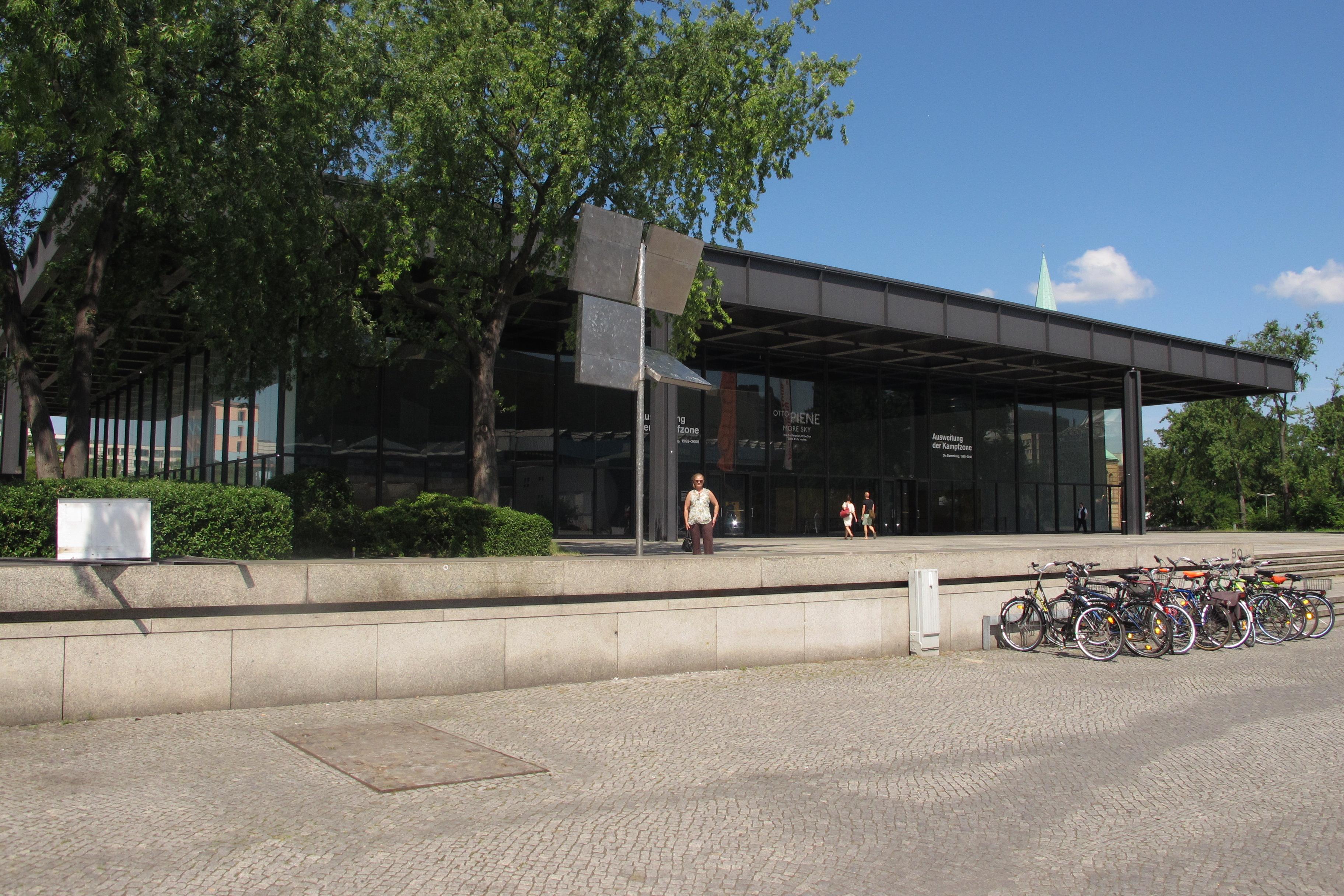 Neue Nationalgalerie de Mies Van der Rohe. Accés principal.