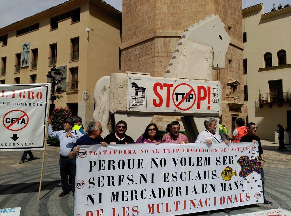 El cavall davant El Fadri, torre emblemàtica de Castelló.