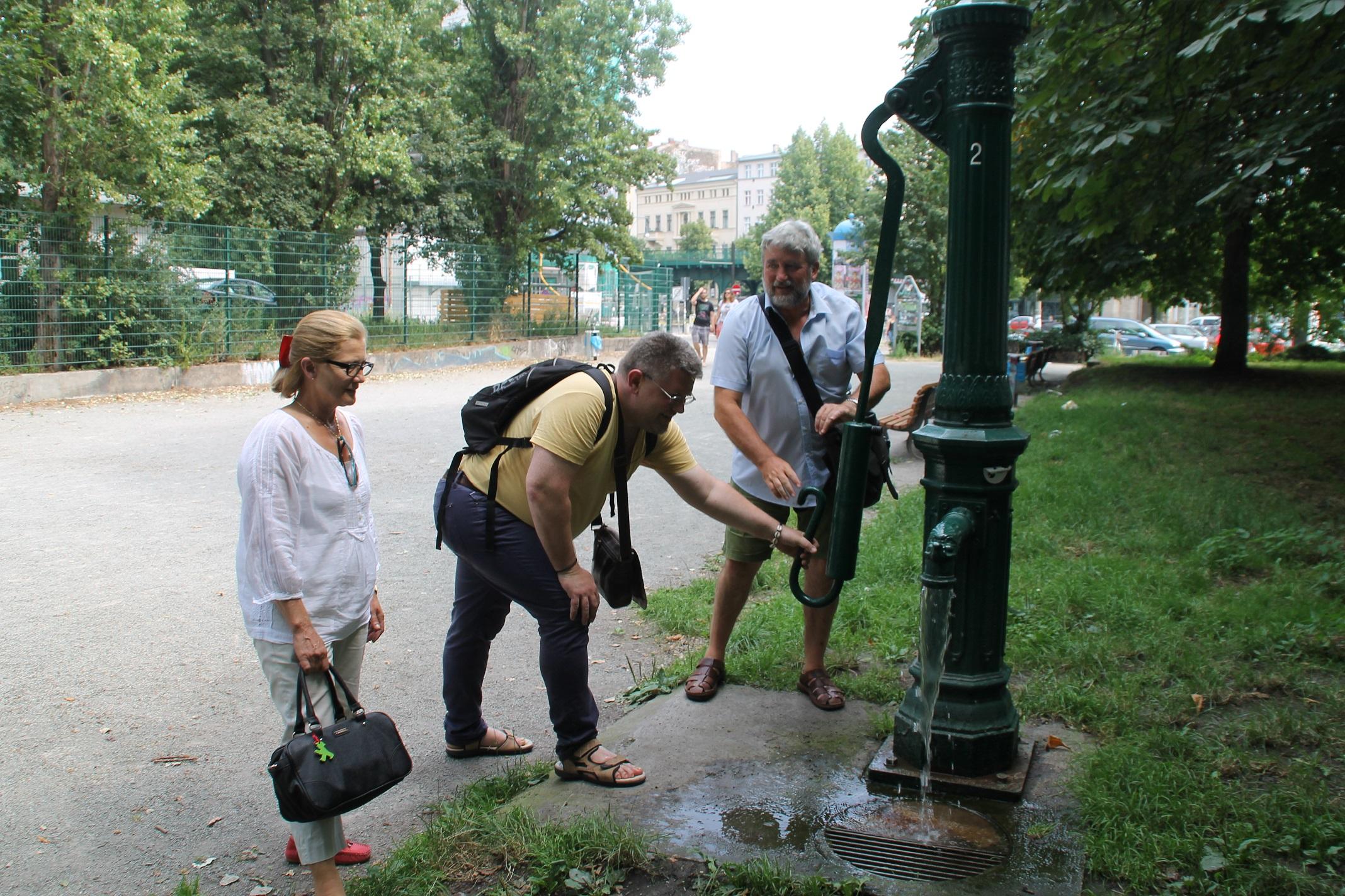 Quant a l'agost trobes una font, decideixes creuar el carrer per beure en ella.