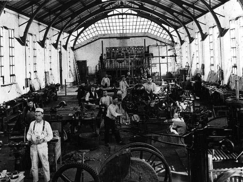 El Dueso 1929. Nicolau, al centre, en el taller d'electricitat i mecànica