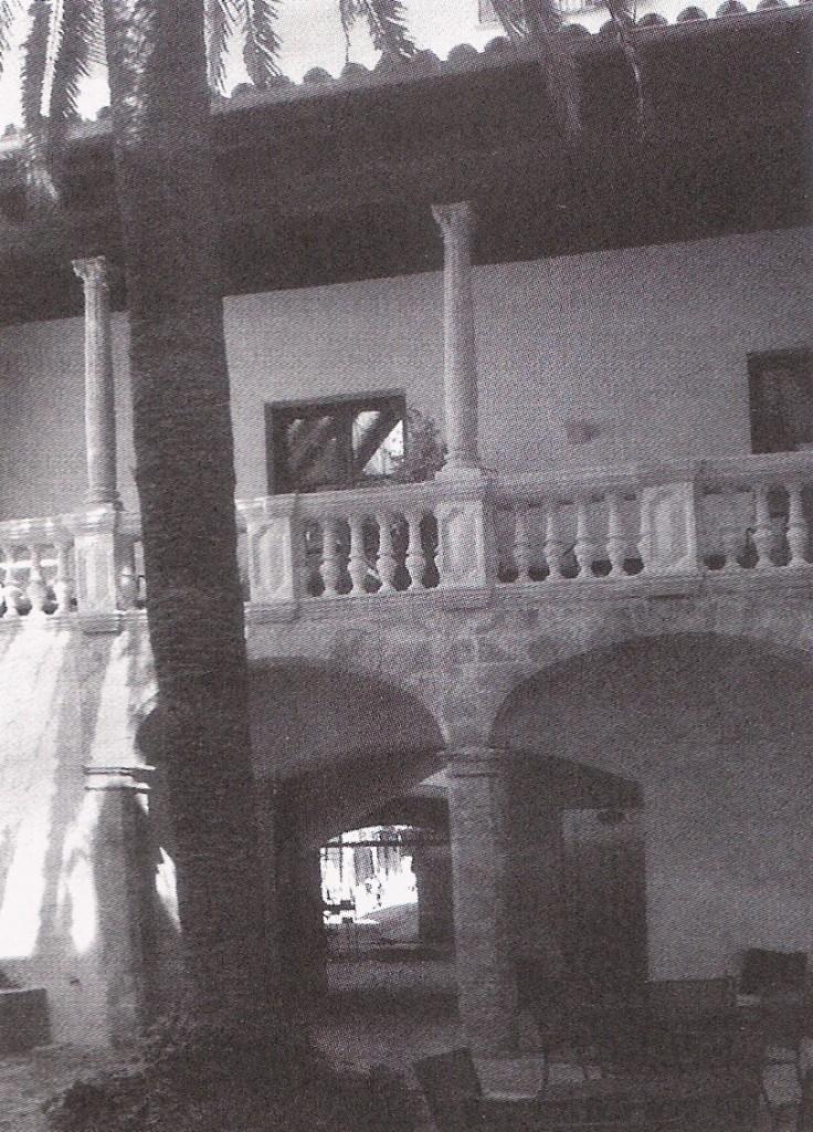 Can Mayol, amb les columnes comprades per Gainza
