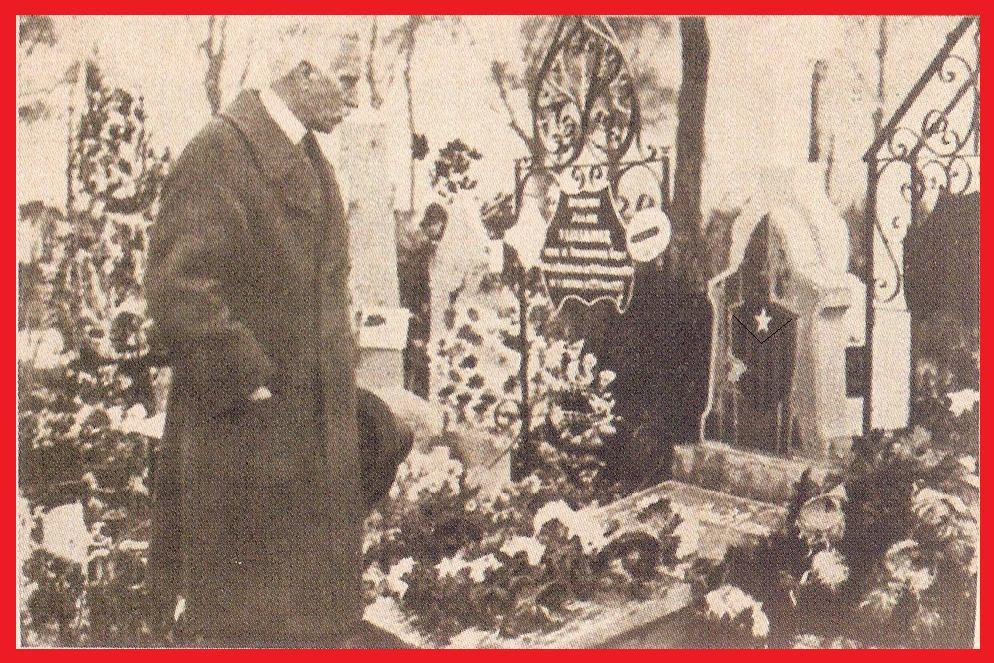 Francesc Macià davant la tomba de Francesc Català al cementiri d'Anderlecht