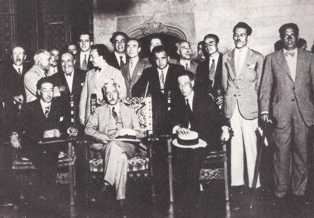 Asseguts: Companys, Macià i Aguader. Dret, enmig dels dos darrers, Ramón Franco. El més alt, calçons clars, és el mallorquí Antoni Maria Sbert.