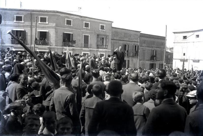 Pere Oliver a la plaça de Joanot Colom dia 1 de maig de 1934
