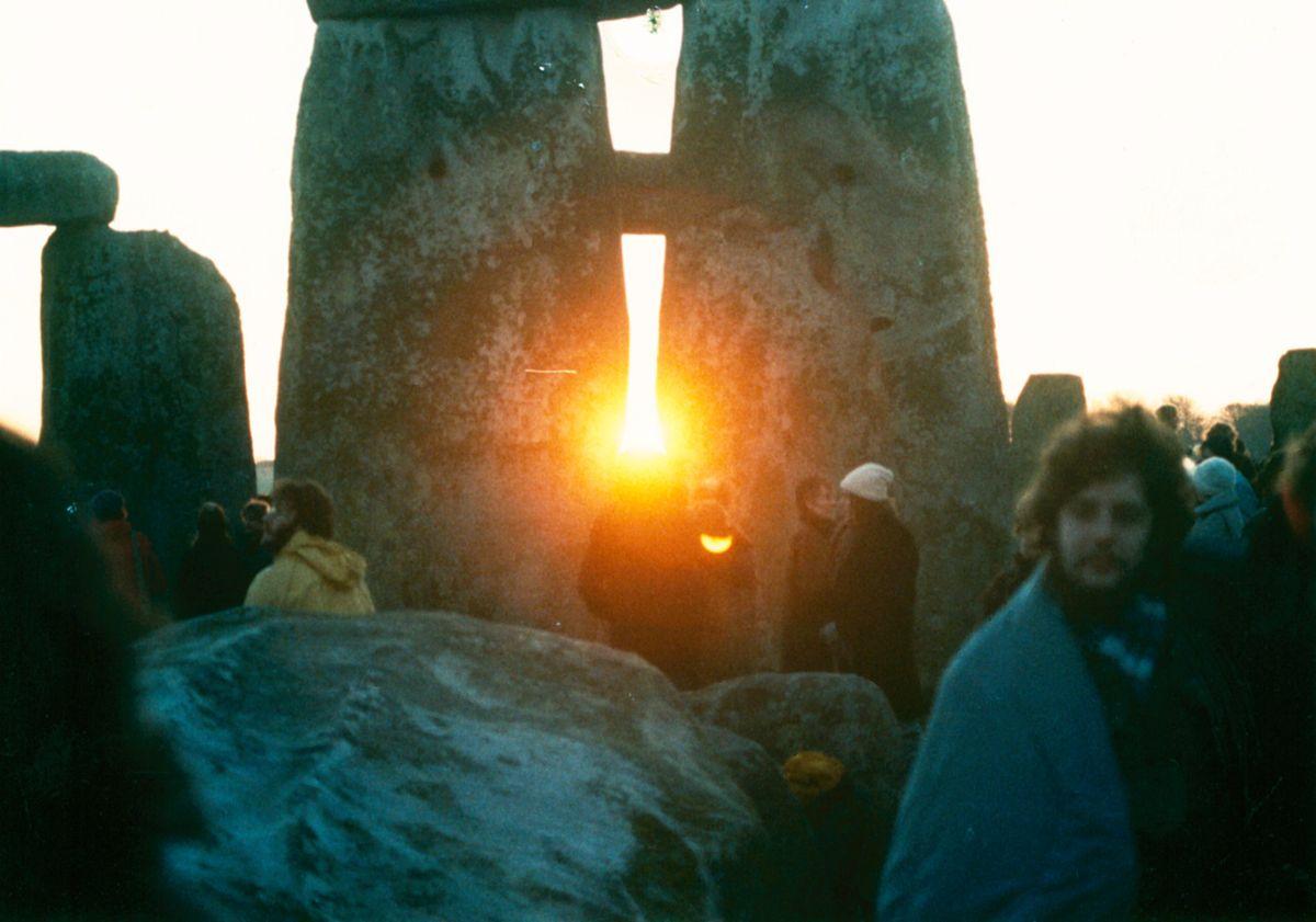 1200px-StonehengeSunrise1980s