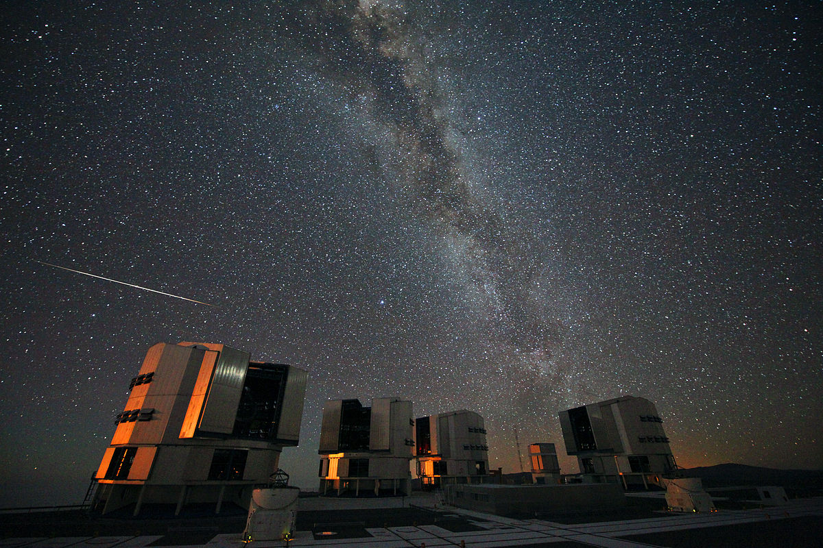 1200px-The_2010_Perseids_over_the_VLT
