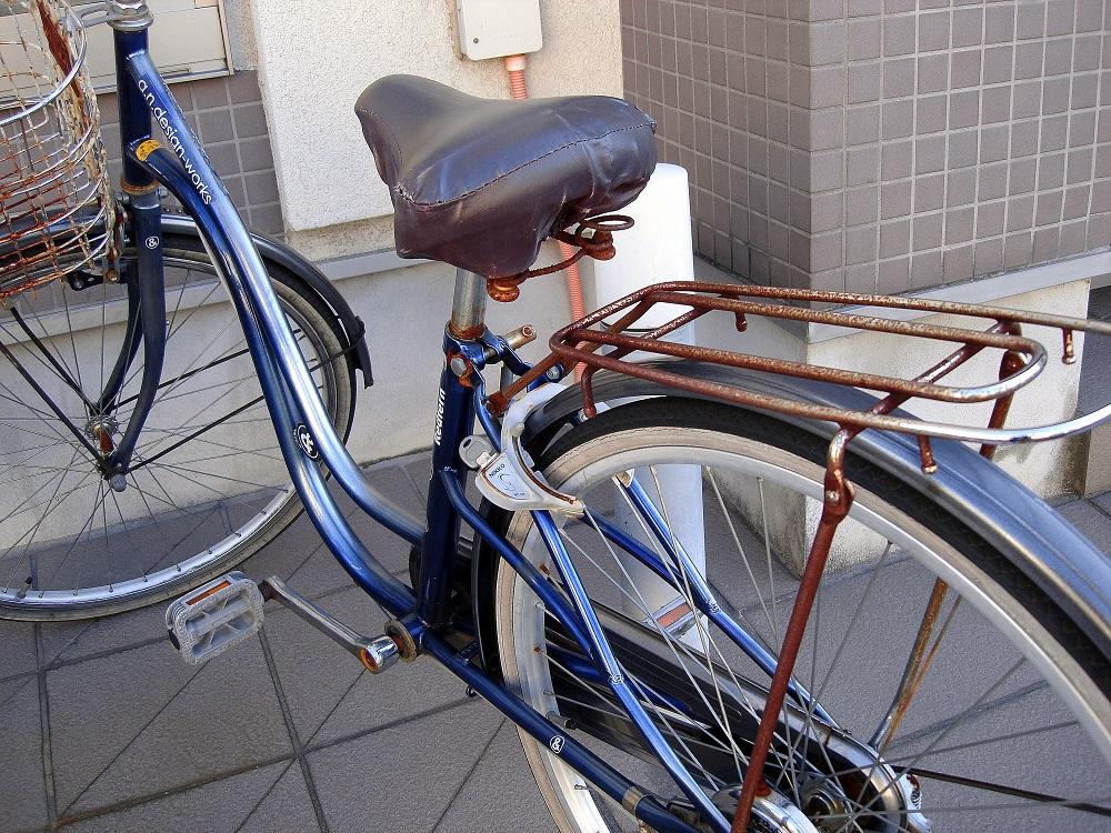 Bicicleta al carrer amb el giny de seguretat obert. I, a sobre, s'han deixat la clau al pany