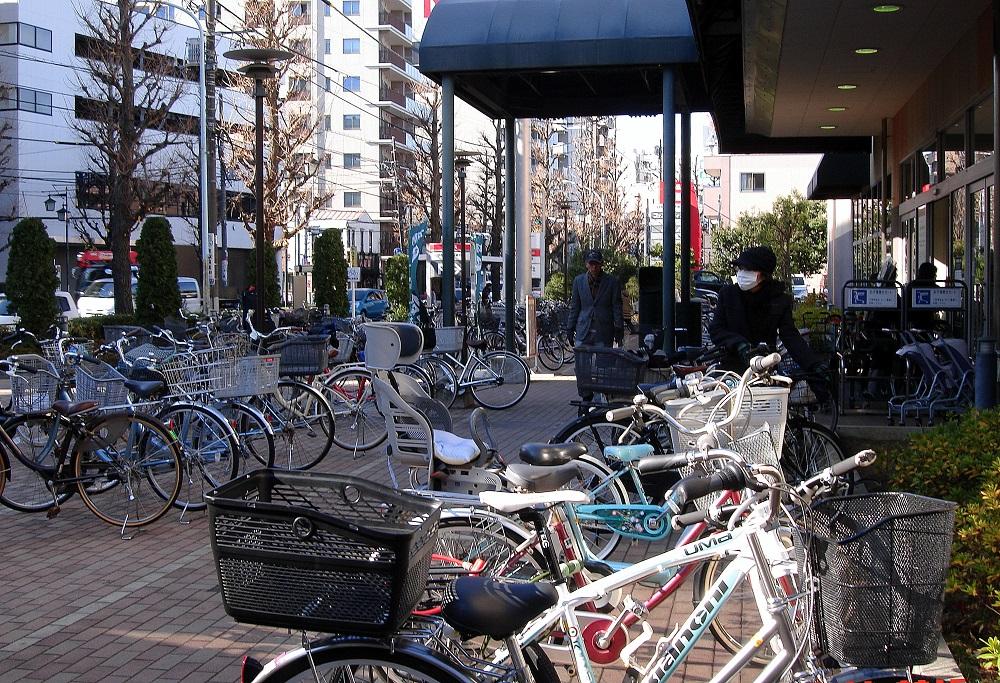 Bicicletes estacionades davant d'un supermercat.