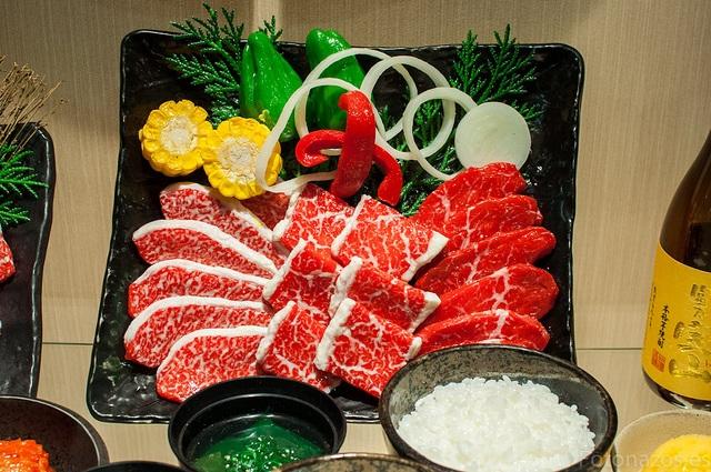Tan la carn com l'arròs i les verdures són de plàstic.