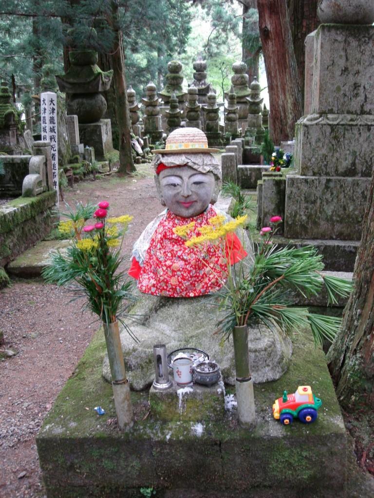 Ofrenes diverses a la tomba de l'avantpassat.