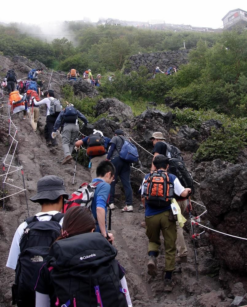 Cua d'excursionistes cap al cim