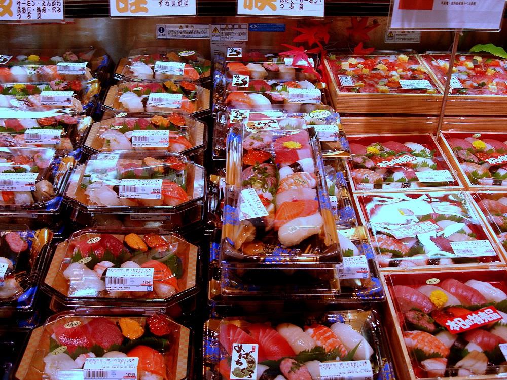 Preparats de sashimi i sushi en una botiga.