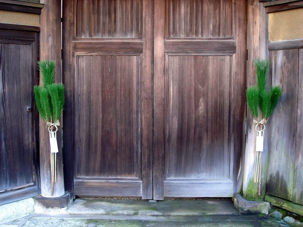 Branques de pi al a porta d'una casa tradicional.