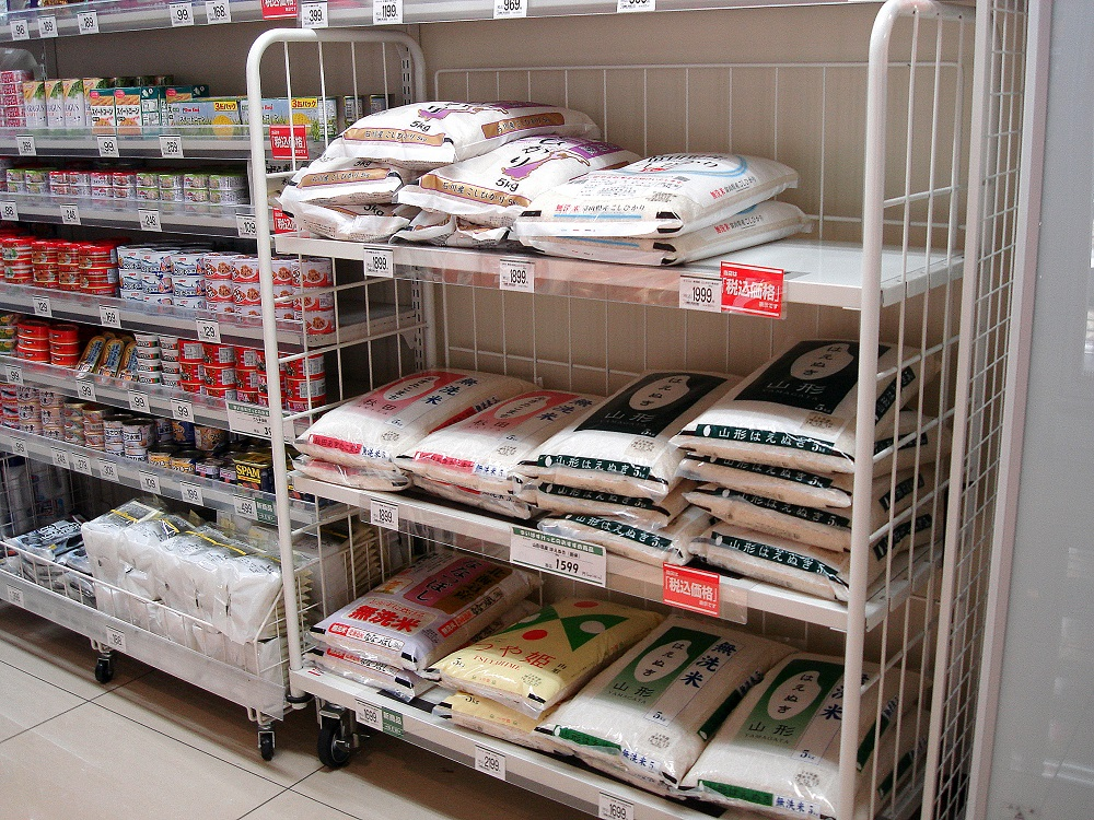 Sacs de 5 quilos d'arròs a un botiga. També se'n venen de 20 quilos.
