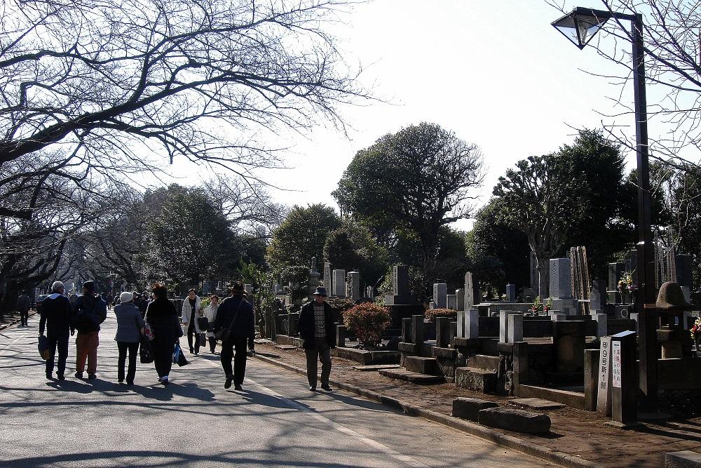 El cementiri com un parc: gent passejant.