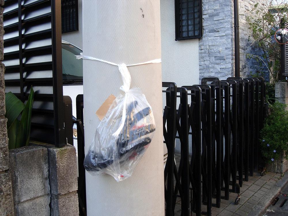 Un guant en un altre carrer. Algú ha tingut el detall de posar-lo en una bossa de plàstic i penjar-lo d'un pal de la llum, a l'alçada de la vista.