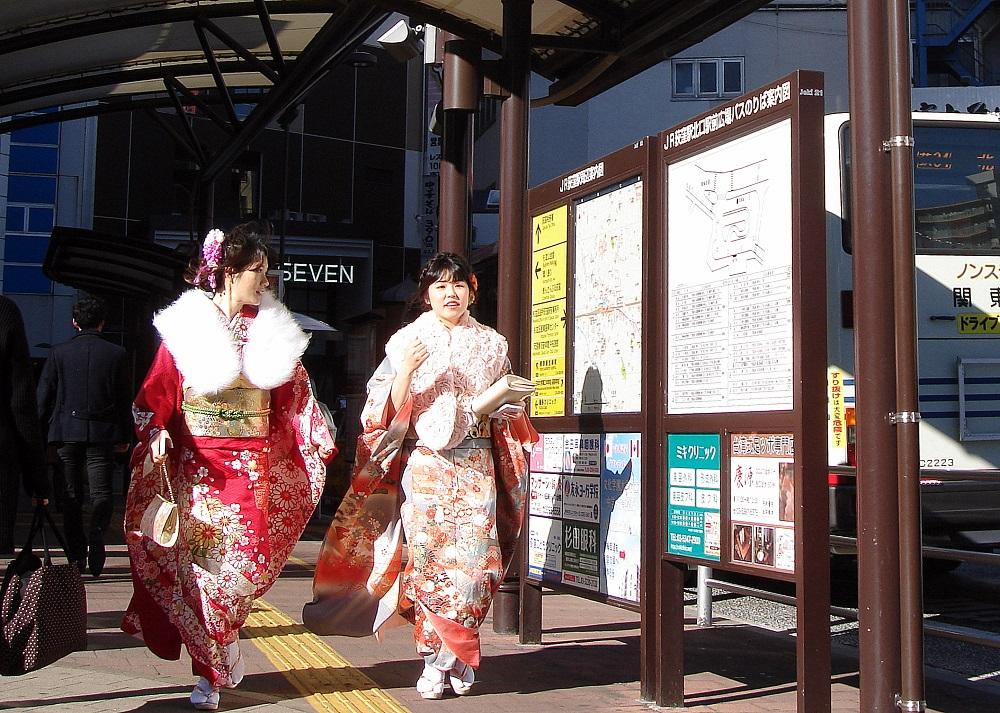 Dues noies anant a la celebració.