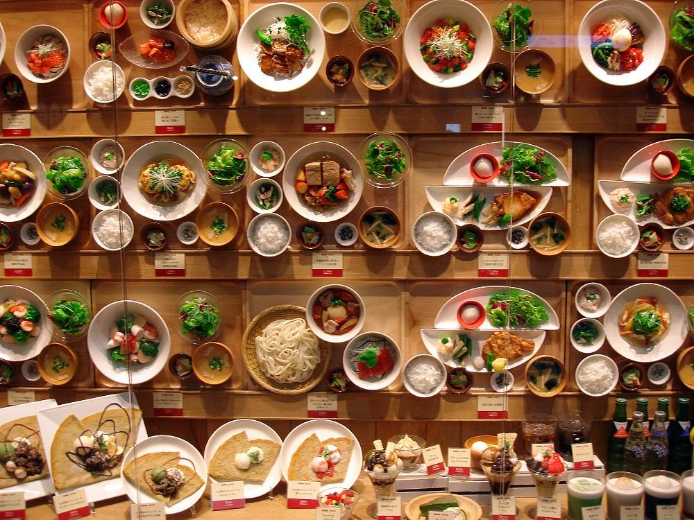 Gran exposició de menjar de plàstic en un restaurant de l'aeroport de Narita.