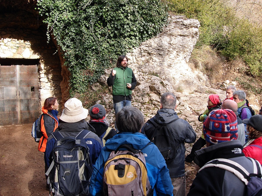 Explicacions del guia abans d'entrar a la cova