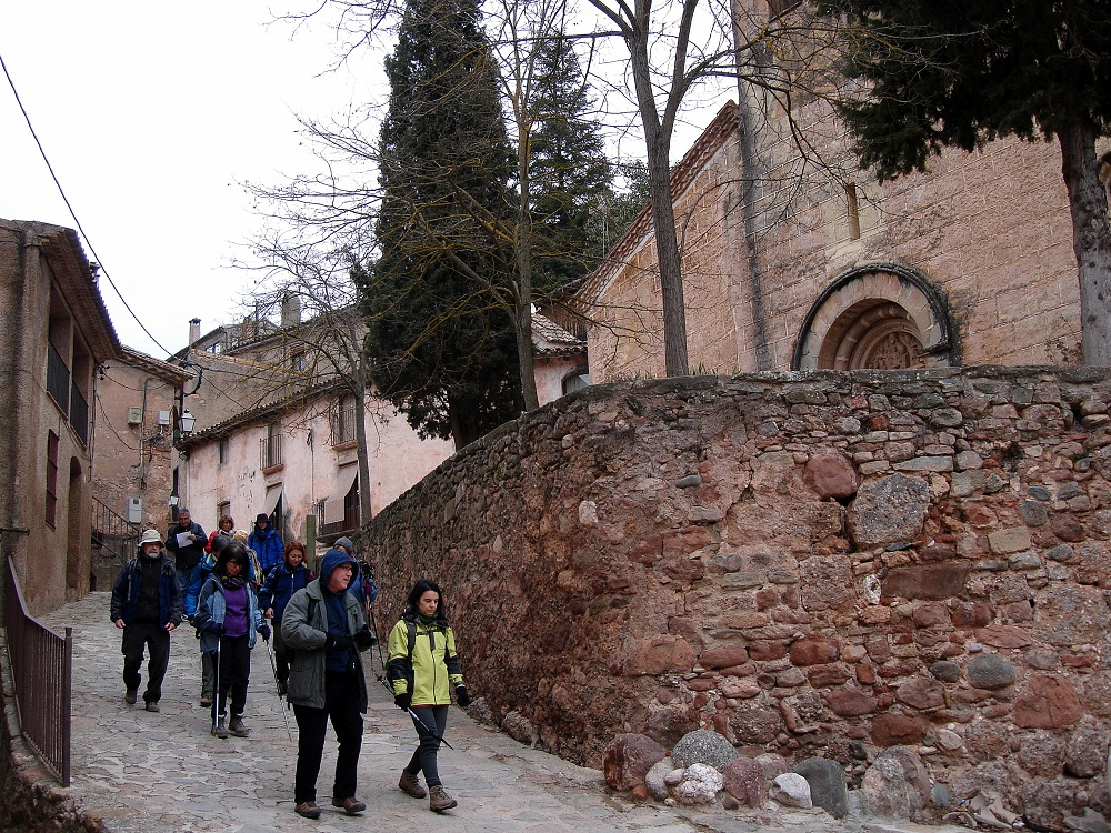 Iniciant el recorregut. A la dreta, l'església de Mura