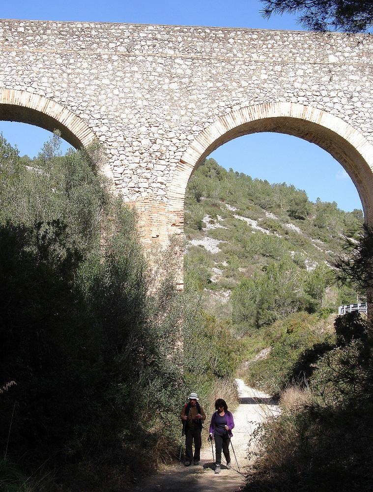 Aqüeducte que porta l'aigua del pantà als regants