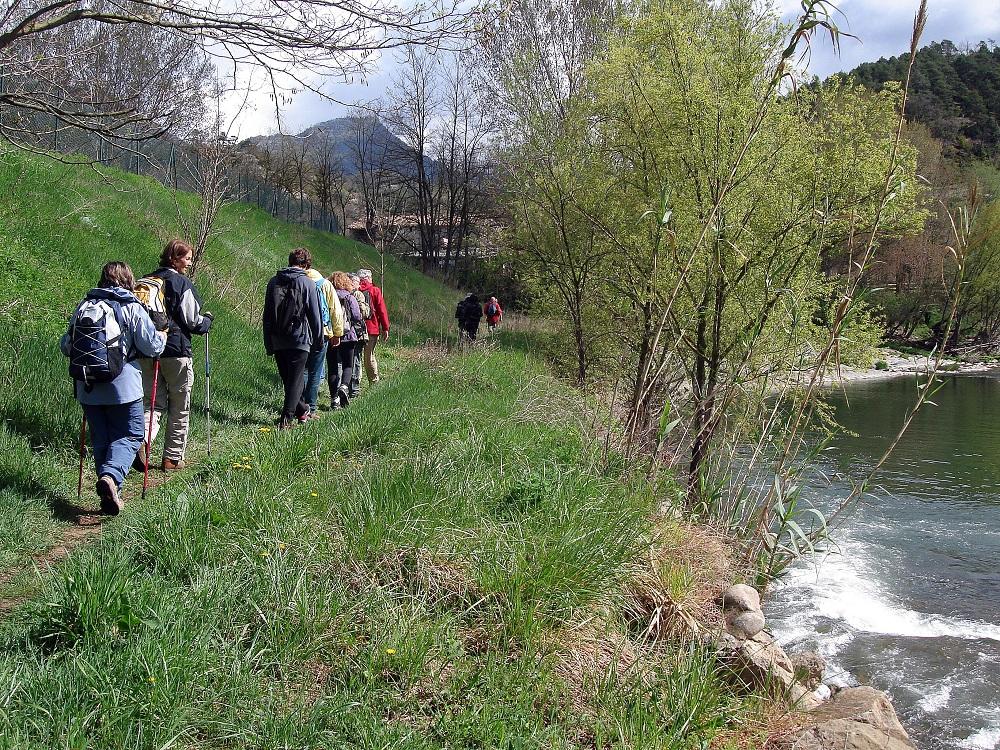 Seguim per la vora del riu