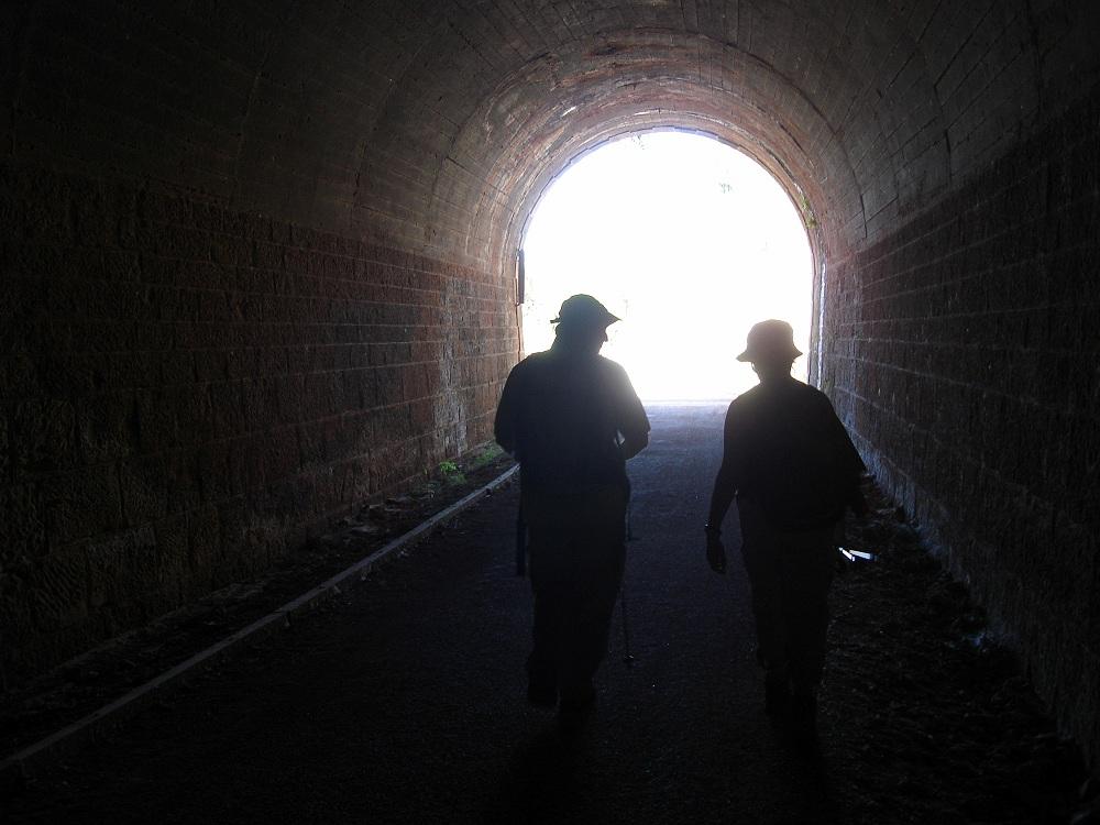 Gaudint de la frescor del túnel