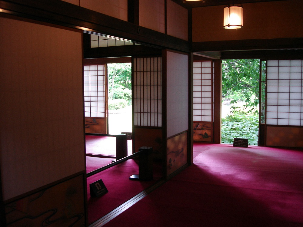 Casa japonesa que barreja l'estil tradicional amb detalls moderns (moqueta en lloc de tatami)