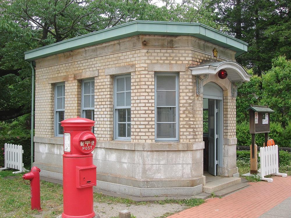 Caseta de policia i bústia de correus de les primeres dècades del segle XX