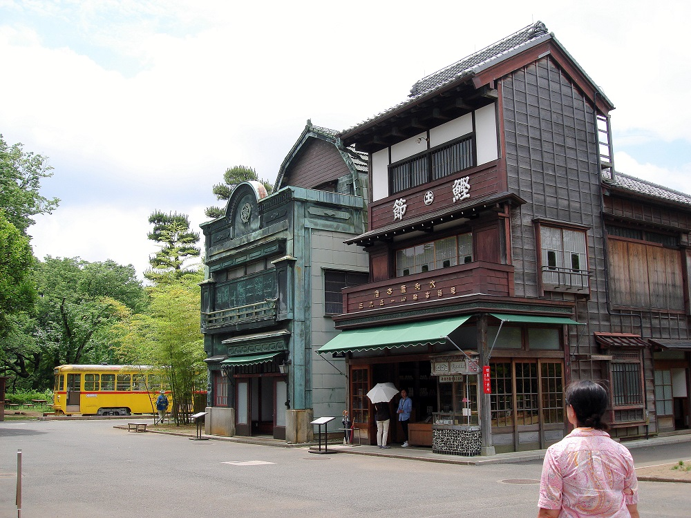 Les cases històriques reconstruïdes al museu formen carrers. En aquest cas, amb botigues als baixos