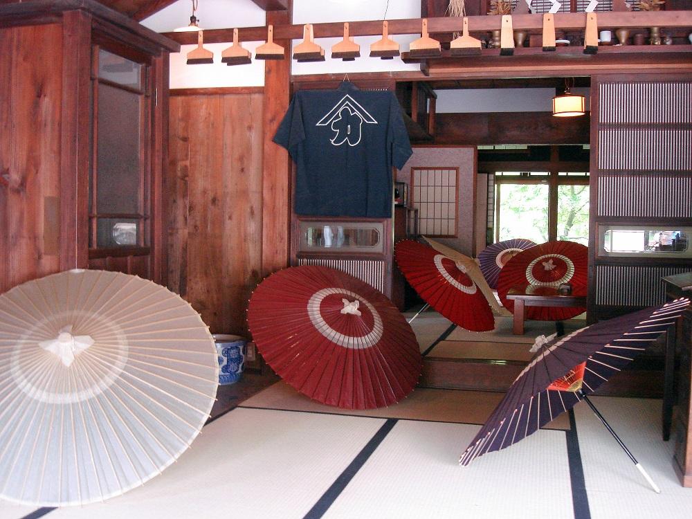 Exposició d'una fàbrica d'ombrel·les de paper. També s'explica el procés manual de fabricació