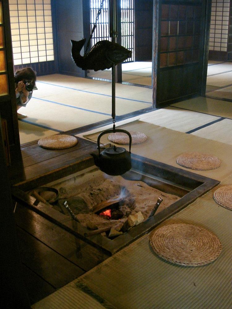 Interior d'una casa tradicional amb foc a terra per coure el menjar o escalfar el te